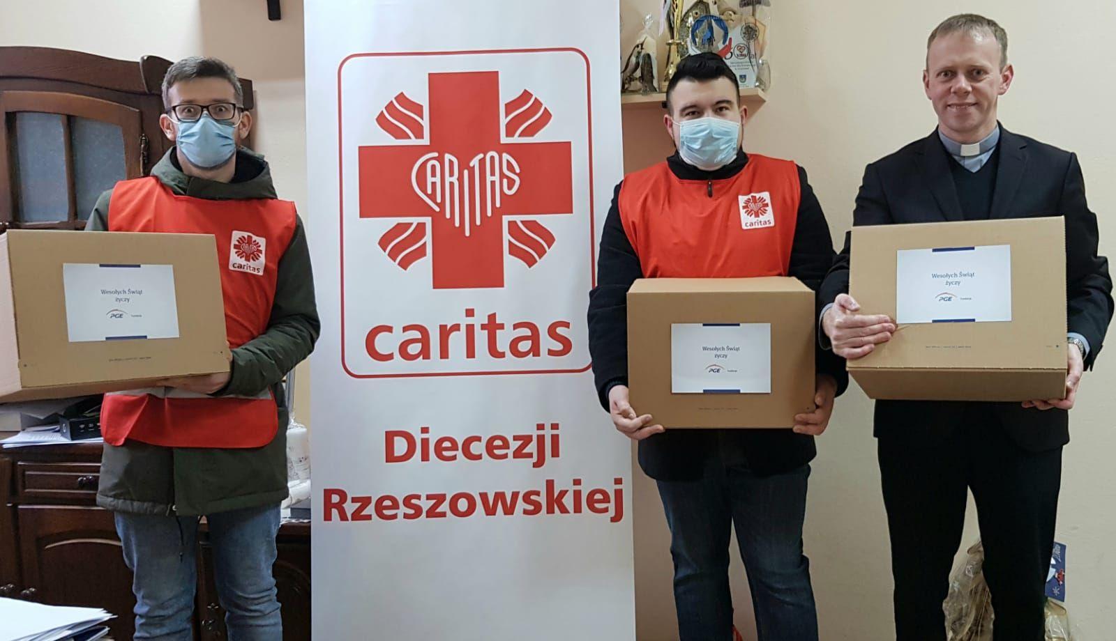 Wolontariusze Caritas Diecezji Rzeszowskiej  z paczkami dla seniorów