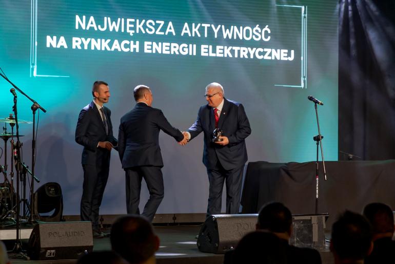 wiceprezes-krzysztof-domagala-odbiera-nagrode-platynowy-megawat-jpg