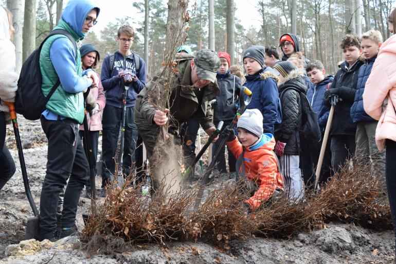 gryfino-mlodziez-ze-szkoly-podstawowej-nr-3-im-noblistow-polskich-w-gryfinie-podczas-akcji-lasy-pelne-energii.jpg